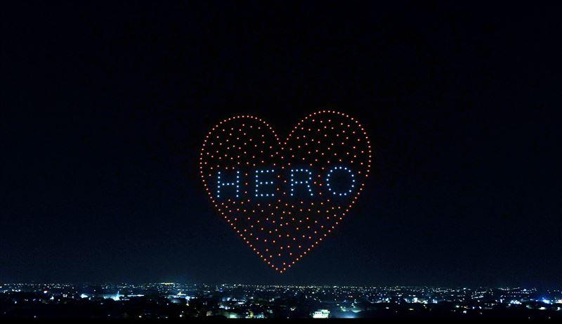 「防疫超人」飛天! 無人機「畫愛」向醫護致敬