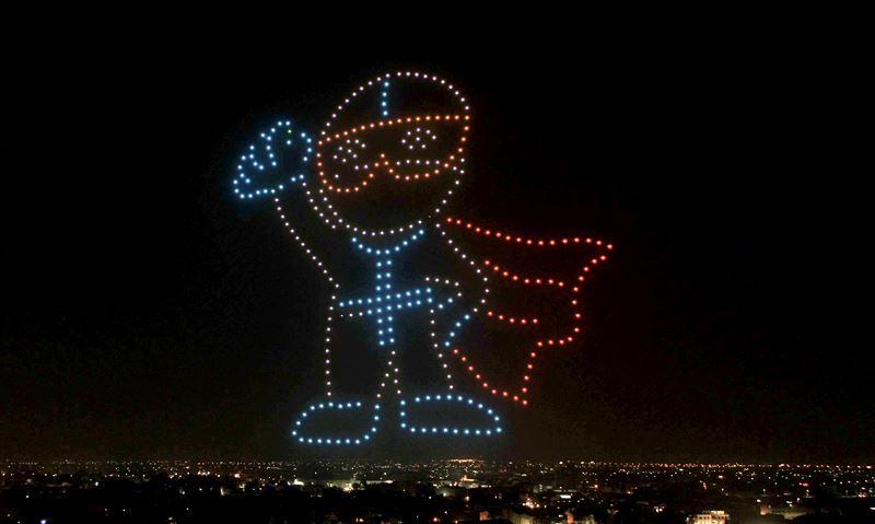 向醫護人員致敬! 無人機展演超巨大「防疫超人」照亮夜空